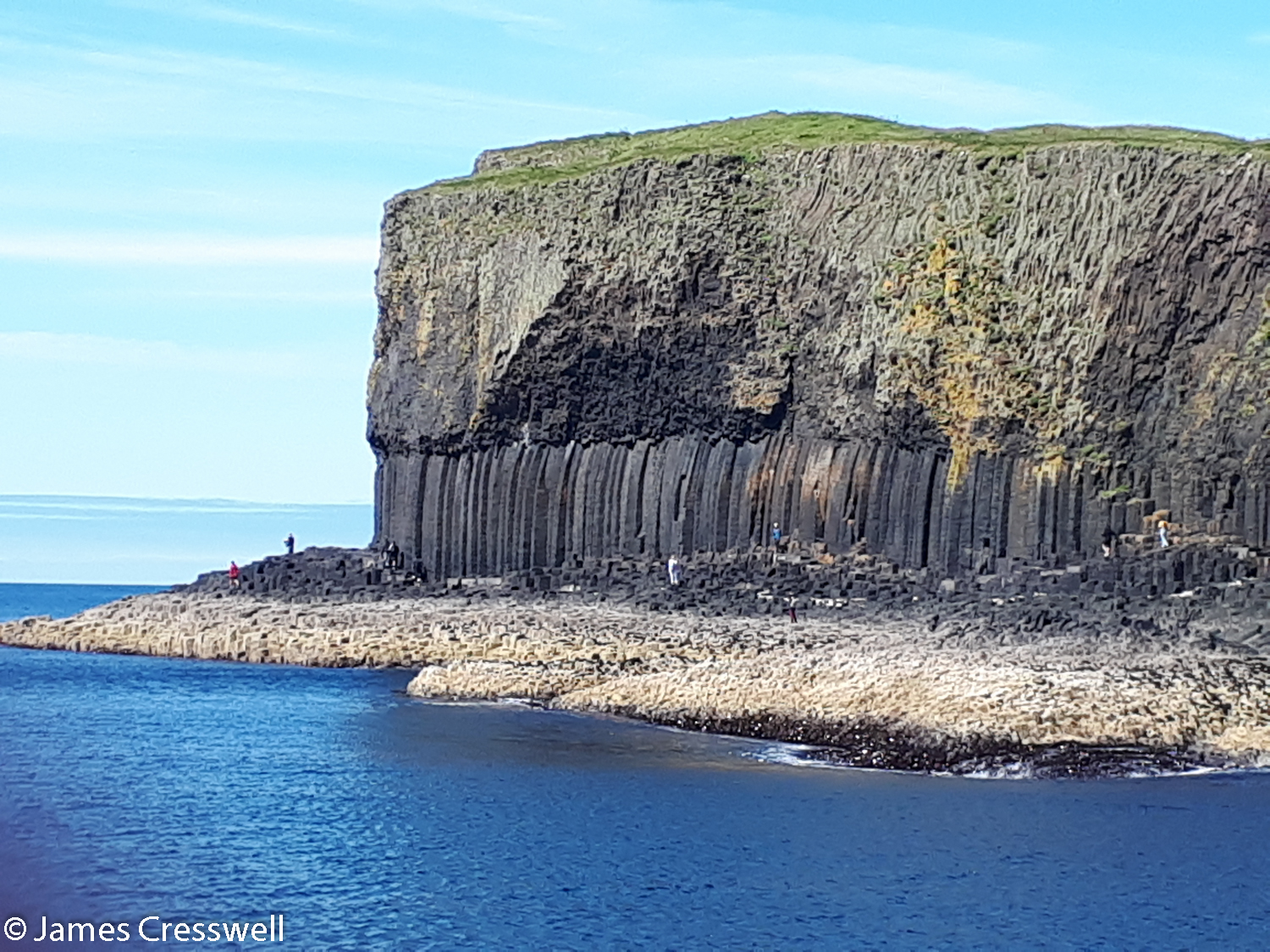 A basalt cliff showing columnar cooling structures